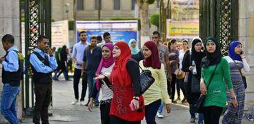 طلاب يستعدون للدخول للحرم الجامعي- صورة أرشيفية