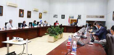 وزير السياحة خلال إجتماعه بمجس ادارة اتحاد الغرف السياحية