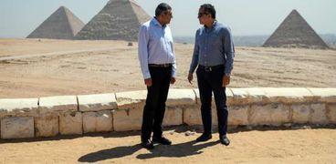 العناني ورئيس منظمة السياحة العالمية يزوران منطقة الأهرامات