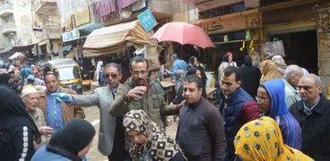 """بالصور محافظ الغربية يوجه بفض سوق """"الجمعه"""" وإغلاق كافيهات بالمحلة"""
