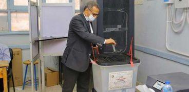 رئيس جامعة الأقصر أثناء الإدلاء بصوته