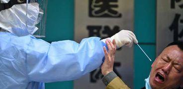 أحد المرضى خلال محاولة إجراء مسحة له للتأكد من اصابته بكورونا