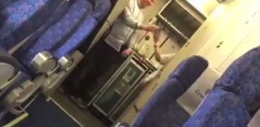 """أول فيديو يكشف كواليس التقاط الصورة الـ""""سيلفي"""" مع خاطف الطائرة"""