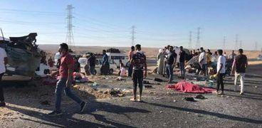 عاجل.. مصرع 5 وإصابة 16 في حادث تصادم على طريق سوهاج (صور)