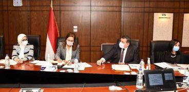 وزراء الإعلام والتخطيط والصحة خلال الاجتماع أمس