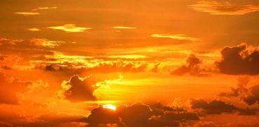 جانب من الغلاف الجوى أثناء ظهور الشمس