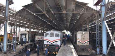 أعمال صيانة وتطوير القطارات والجرارات بالسكة الحديد