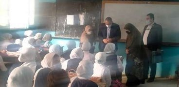 محافظ الشرقية يفاجئ العاملين بمدرسة أسماء بنت أبي بكر الإعدادية ببلبيس