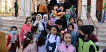 أطفال يشاركون في ورشة لصناعة زينة رمضان
