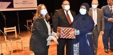 تكريم الأمهات المثاليات بجامعة حلوان.. و«نجم»: المرأة المصرية تعيش أزهى عصورها
