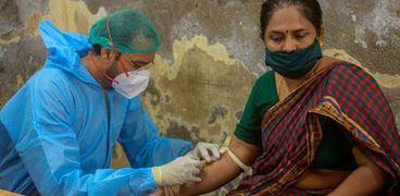 إجراء فحص كورونا لمواطنة هندية في مومباي