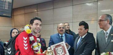وزير الرياضة اثناء استقباله لمنتخب مصر بعد تحقيقه كأس الأمم الأفريقية