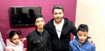 العميد أحمد حسن يزور الأطفال الثلاثة المكفوفين في منزلهم