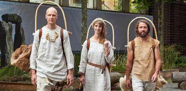 الألمان الثلاثة بملابس الإنسان البدائي