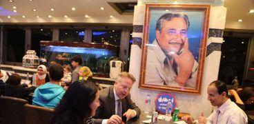 سفير الدنمارك وزوجته يتناولان الكشري
