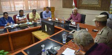 محافظ مطروح خلال إجتماعه مع الاجهزة التنفيذية لمناقشة التعديات على خطوط المياه