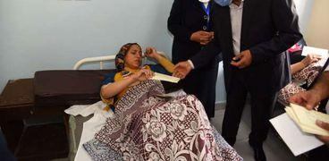 محافظ مطروح خلال تفقد مصابى حادث الملاهى بمستشفى مطروح العام