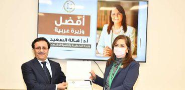 الدكتورة هالة السعيد تتسلم جائزة أفضل وزيرة عربية