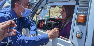 محافظ الإسكندرية مع سائقة ميكروباص في محطة مصر
