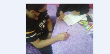 طالب يتلقى دروسه