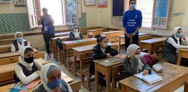طالبات يُطبقن الإجراءات الوقائية داخل الفصول
