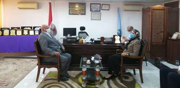 هدى المغربي رئيس مدينة سفاجا تجتمع بشركة الغاز