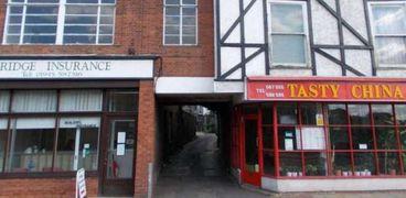 الغرفة المعروضة للبيع بسعر 100 جنيه استرليني معلقة بين مبنيين