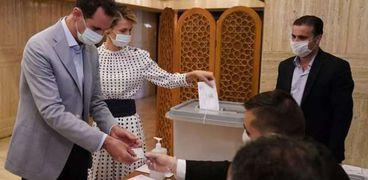 الرئيس السوري بشار الاسد وزوجته يدليان بصوتهما في الانتخاباات التشريعية في 2020