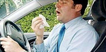 تعرض سائق لمخالفة مرورية بسبب نوبة عطس