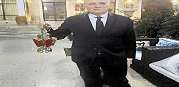 سفير السويد يحمل «الفانوس» الذى تلاقاه هدية