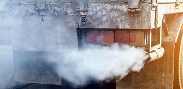 عوادم السيارات  أحد مصادر تلوث الهواء .. أرشيفية