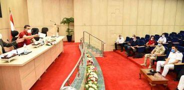 سكرتير عام محافظة مطروح خلال اجتماعة مع لجنة تركيب منظومة كاميرات مدينة مرسى مطروح