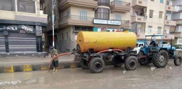 رؤساء مدن كفر الشيخ في الشوارع لشفط المياه الأمطار