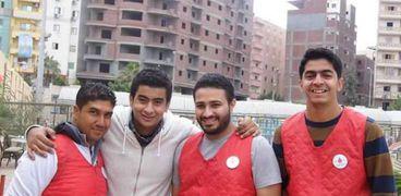ياسر وجيرانه تحدوا «البرد» ونزلوا إلى الشارع لتوزيع مشروبات ساخنة على المارة