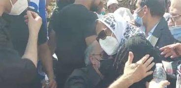 تدافع الصحفيين في جنازة سمير غانم