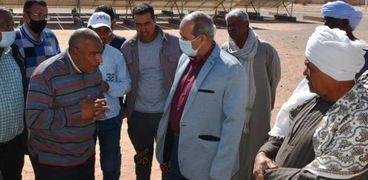 محافظ أسوان يتابع تنفيذ مشروعات حياة كريمة
