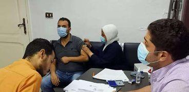 العاملين بشركة مياه القناة خلال تلقي لقاح التطعيم ضد كورونا