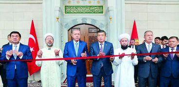 أردوغان أثناء افتتاحه أحد المساجد التركية