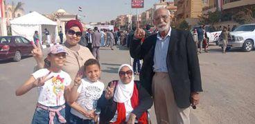 أسرة كاملة العدد في لجان الاستفتاء بالتجمع الأول