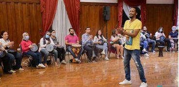 مصطفى ينظم دائرة طبول من أجل مساعدة الناس على التخلص من التوتر