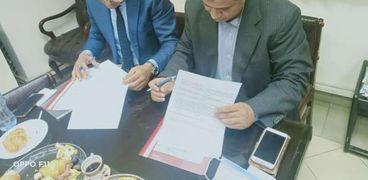 رئيس مدينه الجيزه خلال توقيع العقد مع الشركه العربيه للمشروعات السياحيه