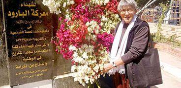 «بنتالاتشى» تضع الورد أمام النصب التذكارى