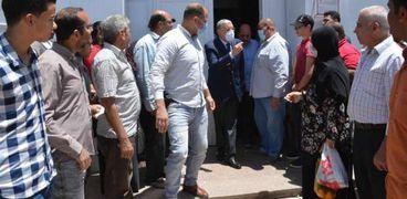 محافظ المنيا يرصد زحام