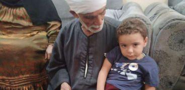 شقيق الطفل انس ضحية الجوع مع جده