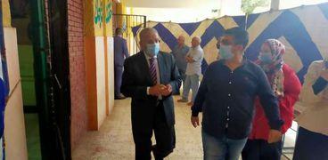 رئيس مياه القليوبية يدلي بصوته في الإنتخابات