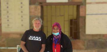 أول زائر لمعبد إيزيس بعد افتتاحه من أستراليا