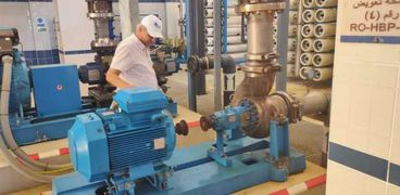 رئيس شركة مياه مطروح خلال تفقدة محطة تحلية الرميلة بمطروح