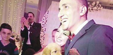العروس تمسك بالكلب خلال حفل الخطوبة