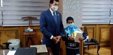 طفل الشروق مع وزير الشباب والرياضة