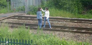 مراهقتان بريطانيتان تلتقطان السيلفي فوق سكة الحديد